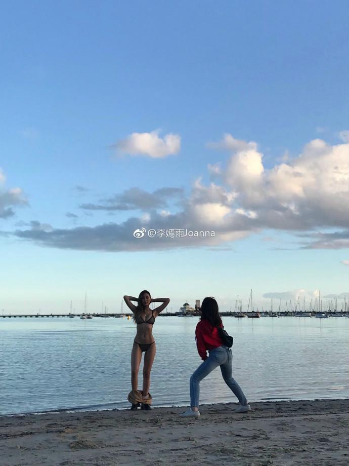 【捕鱼王】健身正妹李嫣雨 沙滩美女比基尼解秀古铜肌肤