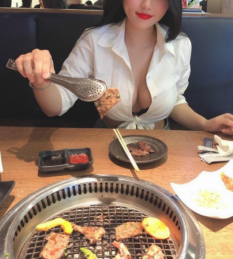 【捕鱼王】越南巨乳正妹不戴胸罩乳摇gif 真空上阵露两点秒杀路人视线